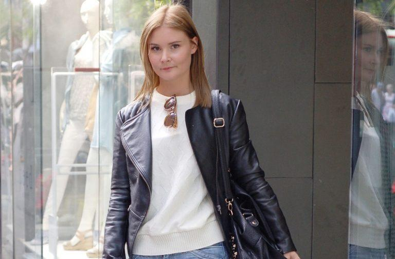 HOW TO WEAR A WOMEN LEATHER JACKET TO LOOK GOOD:
