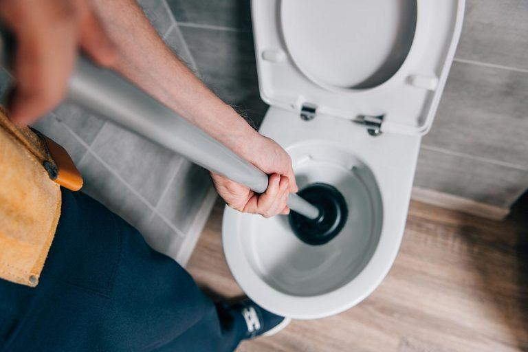 How to properly plunge a toilet